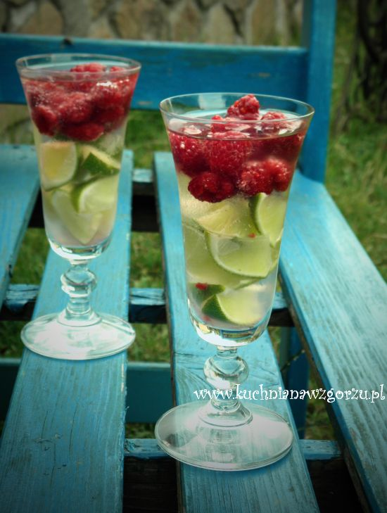 Białe wino z malinami,