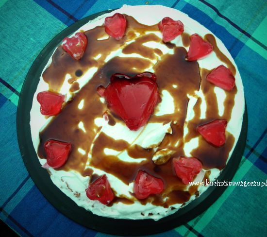 Tort urodzinowy z bitą śmietaną
