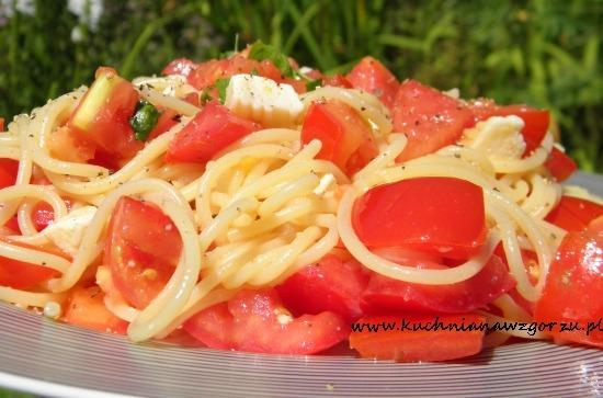 Spaghetti ze świeżymi pomidorami, serem kozim