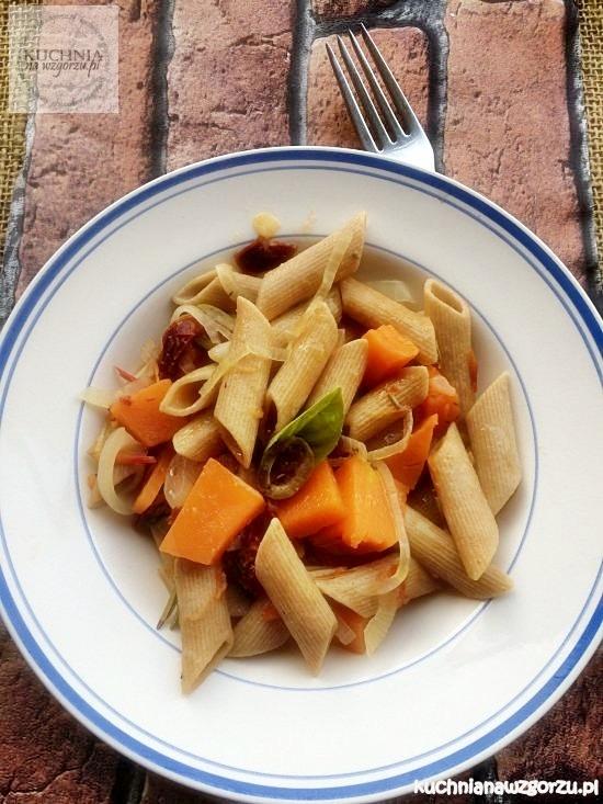 makaron-z-dynią-i-suszonymi-pomidorami
