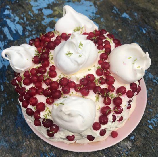 tort-bezowy-z-porzeczkami