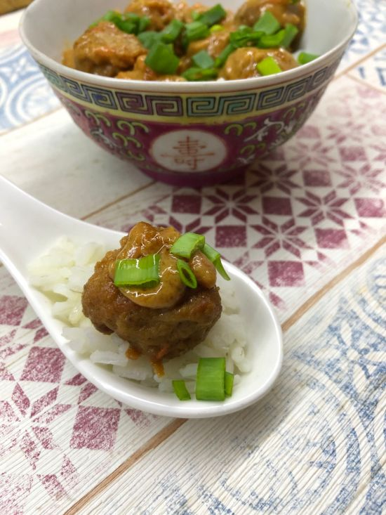 kulki wieprzowe z sosem z masła orzechowego